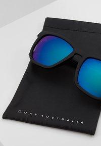 QUAY AUSTRALIA - HARDWIRE - Okulary przeciwsłoneczne - black/navy - 2