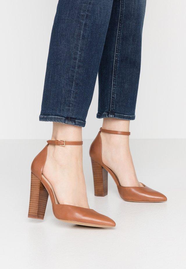 NICHOLES WIDE FIT - Zapatos altos - cognac