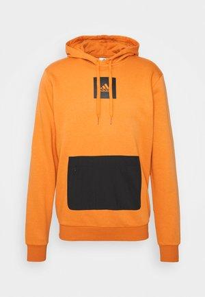 Q4 FLEECE HD SPORTS ESSENTIALS SWEATSHIRT HOODIE - Felpa con cappuccio - focus orange/black