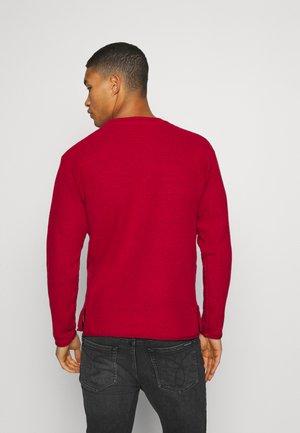 SLIGHTLY OVERSIZED ISLAND  - Stickad tröja - reef red/melange