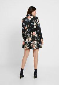 Missguided Petite - BUTTON FRONT SMOCK SHIRT DRESS FLORAL - Shirt dress - black - 2