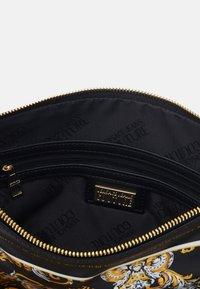 Versace Jeans Couture - SHOULDER FLATBANDANA BAG - Torba na zakupy - black/yellow - 3