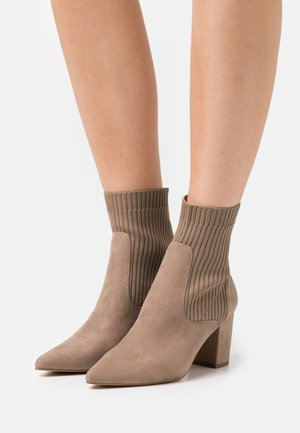 BLOCK HEEL BOOT - Bottines - nougate