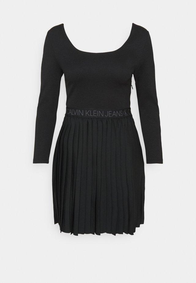 LOGO WAISTBAND PLEATED DRESS - Day dress - black