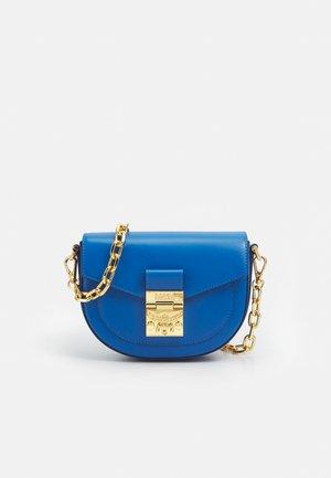 PATRICIA CROSSBODY MINI - Olkalaukku - vallarta blue