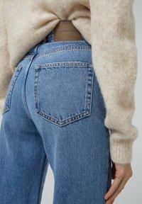 PULL&BEAR - MIT HOHEM BUND - Flared jeans - blue-grey - 3