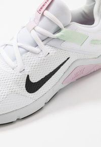 Nike Performance - LEGEND ESSENTIAL - Obuwie treningowe - white/black/pistachio frost/iced lilac/pure platinum/noble red - 5