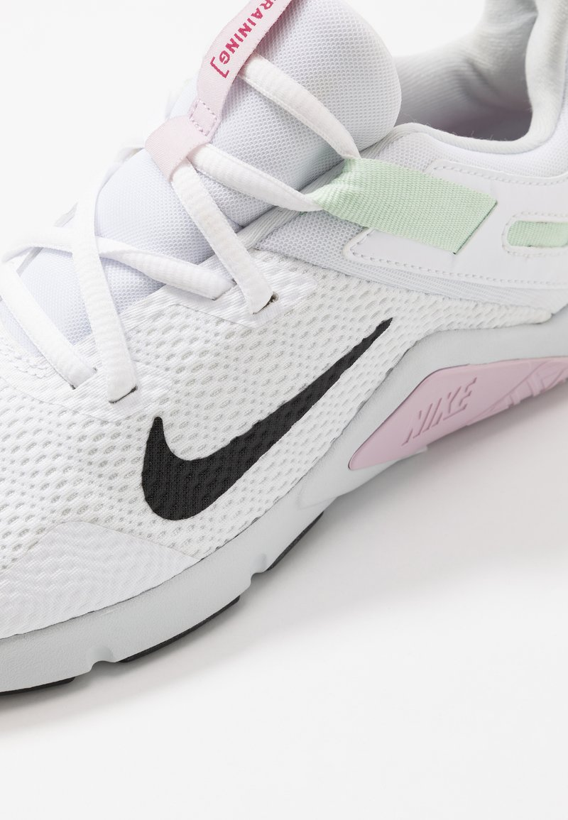 Polo Niños anfitrión  Nike Performance LEGEND ESSENTIAL - Sports shoes - white/black/pistachio  frost/iced lilac/pure platinum/noble red - Zalando.ie