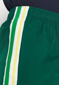 Lacoste Sport - TENNIS TOUR - Sports shorts - grün/gelb/weiß - 3