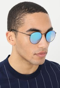 Ray-Ban - ROUND - Sunglasses - mirror/gradient blue - 1