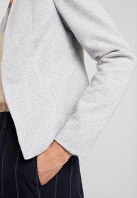Vero Moda - VMJANEY SHORT  - Blazer - light grey melange - 4