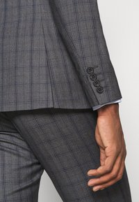 Isaac Dewhirst - CHECK SUIT - Oblek - blue - 12