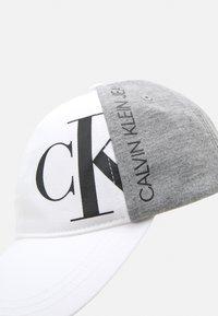 Calvin Klein Jeans - HYBRID LOGO BASEBALL UNISEX - Lippalakki - bright white - 3