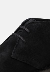 Selected Homme - SLHRICKY CHUKKA BOOT STRAP - Casual lace-ups - black - 5