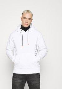 Calvin Klein - VERTICAL SIDE LOGO HOODIE - Sweat à capuche - white - 0