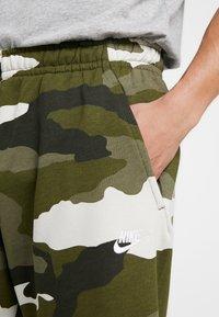 Nike Sportswear - CLUB  - Shorts - medium olive/summit white - 4