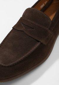 Doucal's - PENNY LOAFER - Elegantní nazouvací boty - moro - 5