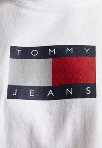 Tommy Jeans - METALLIC FLAG TEE - T-shirt con stampa - white - 6