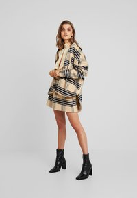 Missguided - PURPOSEFUL BRUSHED CHECK DOUBLE BREASTED COAT - Manteau court - sand - 1