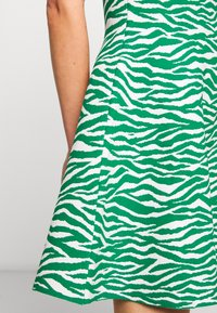 Milly - ABSTRACT ZEBRA FIT - Jumper dress - leaf/white - 4