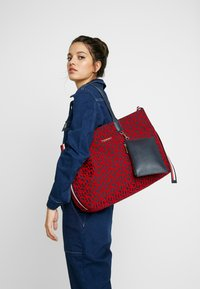 Tommy Hilfiger - ICONIC TOTE SET - Torba na zakupy - red - 1