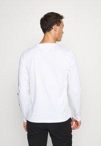 Tommy Hilfiger - SIGNATURE SLEEVE TEE - Bluzka z długim rękawem - white - 2
