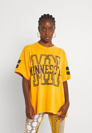 MINNESOTA DAD TEE - Print T-shirt - yellow