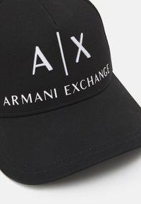 Armani Exchange - CORP LOGO HAT UNISEX - Kšiltovka - nero/bianco - 4