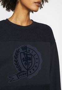 Tommy Hilfiger - ICON GRAPHIC - Sweatshirt - desert sky - 5
