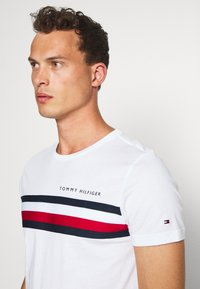 Tommy Hilfiger - GLOBAL STRIPE TEE - T-shirt con stampa - white - 3