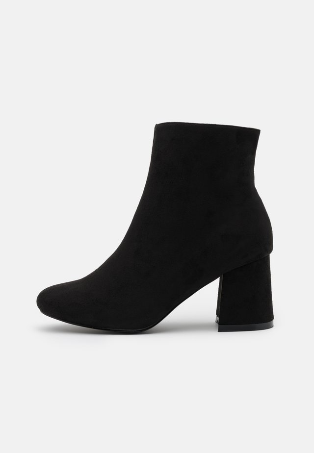 WIDE FIT BARISSA - Botines bajos - black