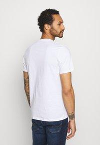 Jack & Jones - JORBOOSTER TEE CREW NECK - T-shirt z nadrukiem - white - 2