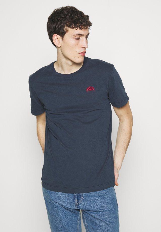 BEAT - Basic T-shirt - night sky