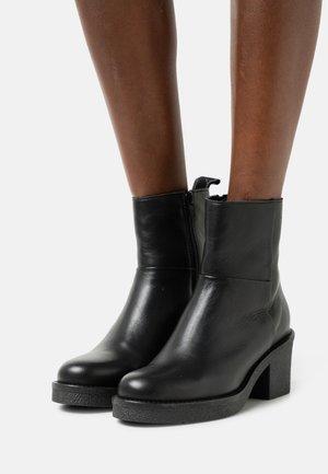 GUARDA - Platåstøvletter - black