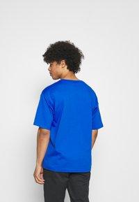 New Balance - T-shirt med print - cobalt - 2