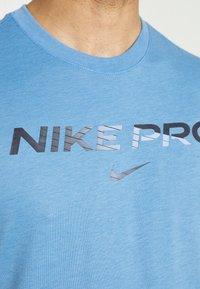 Nike Performance - TEE PRO - Print T-shirt - coast/obsidian - 4