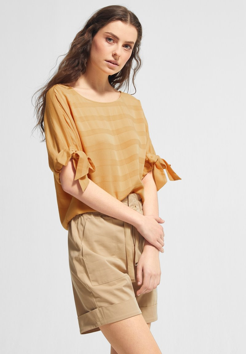 comma casual identity - MIT TUNNELZUG-DETAILS - Blouse - apricot woven stripes