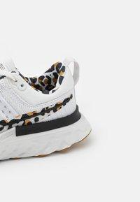 Nike Performance - REACT INFINITY RUN FK 2 CP - Neutral running shoes - white/black/wheat/light bone - 5