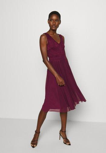 Sukienka koktajlowa - purple potion
