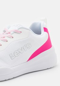 Levi's® - IVETTE ESS UNISEX - Trainers - white/fuchsia - 5