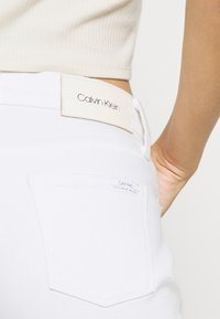 Calvin Klein - MID RISE SLIM ANKLE - Slim fit jeans - white - 5