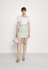 Glamorous - PUFF SLEEVE RUCHED CROP - T-shirt con stampa - white - 1