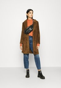 ONLY - ONLTROY LIFE CARROT - Jeans baggy - medium blue denim - 1