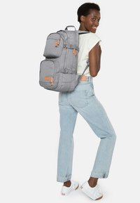 Eastpak - HUTSON CORE SERIES CONTEMPORARY RUCKSACK SUNDAY GREY - Sac à dos - sunday gray - 1