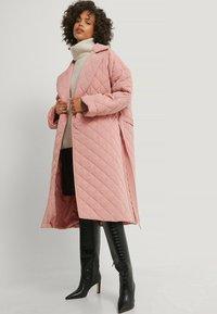 NA-KD - Klasyczny płaszcz - dusty pink - 0