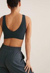 OYSHO - WITH STRATEGIC SUPPORT  - Medium support sports bra - dark grey - 2