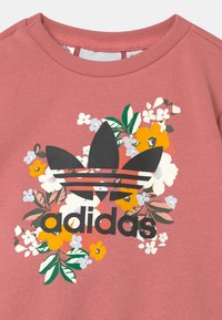 adidas Originals - SET HER LONDON ALL OVER PRINT ORIGINALS TRACKSUIT - Teplákové kalhoty - hazy rose/multicolor/black
