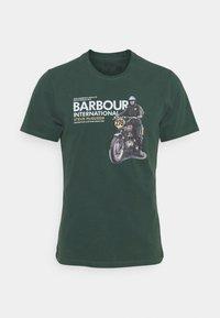 Barbour International - SIDE STEVE TEE - Triko spotiskem - deep green - 4