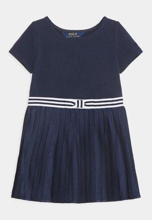 PLEATED DRESSES - Žerzejové šaty - french navy