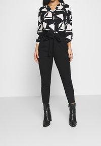 Vero Moda Petite - VMEVA LOOSE PAPERBAG PANT - Bukse - black - 0
